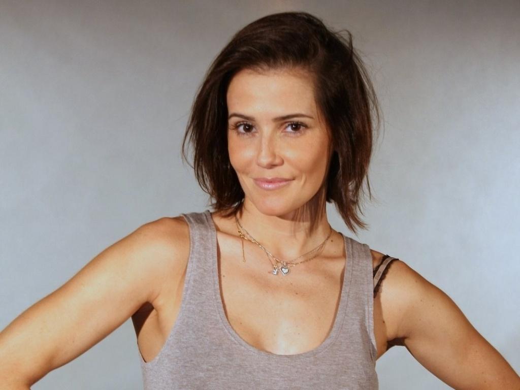 Deborah Secco interpreta Giovana, uma escritora de livros sobre relacionamentos que decidiu investir na carreira para conquistar seus sonhos. Ela larga o marido Léo (Du Moscovis) por não aguentar mais as diferenças entre eles e sua falta de ambição.