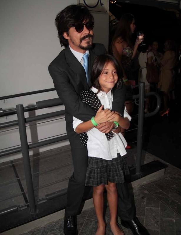 """André Marques e a filha participam da estreia de """"Amor Eterno Amor"""" no Via Funchal, em São Paulo (5/3/2012)"""