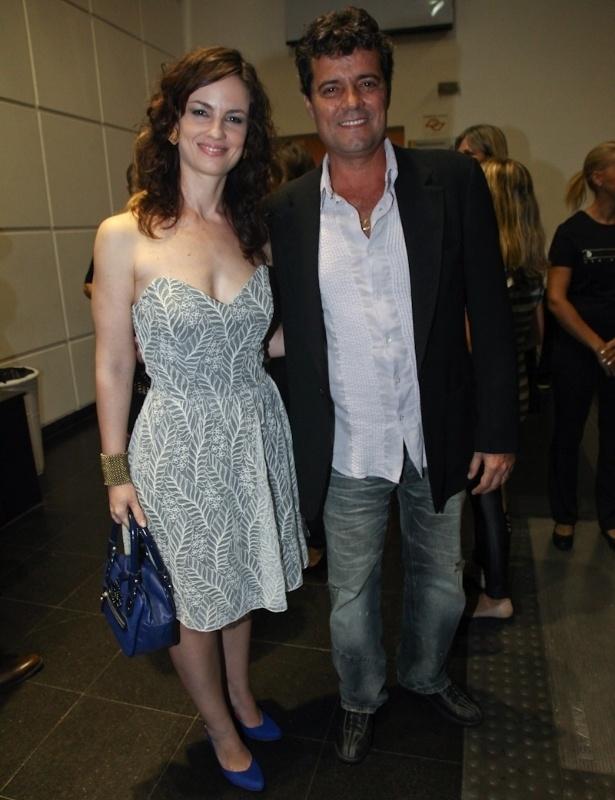 """Carolina Kasting e Felipe Camargo participam da estreia de """"Amor Eterno Amor"""" no Via Funchal, em São Paulo (5/3/2012)"""