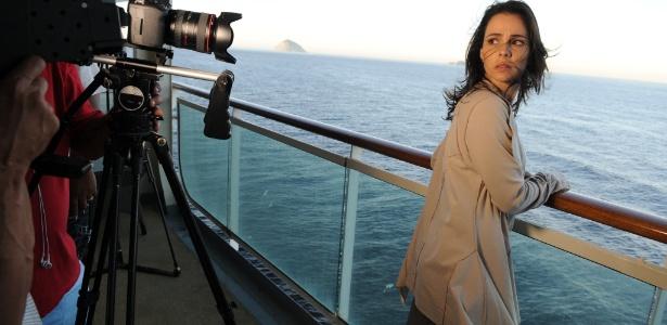 Maria (Miriam Freeland) faz um cruzeiro terapêutico a fim de se curar da dpp (depressão pós parto)