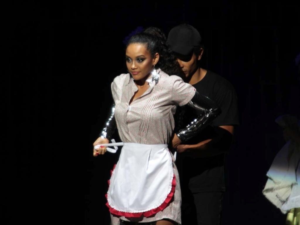 Taís Araújo veste figurino de doméstica em apresentação da novela