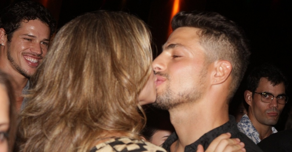 """Grazi Massafera e Cauã Reymond se beijam em festa de lançamento da novela """"Avenida Brasil"""" (15/3/12)"""