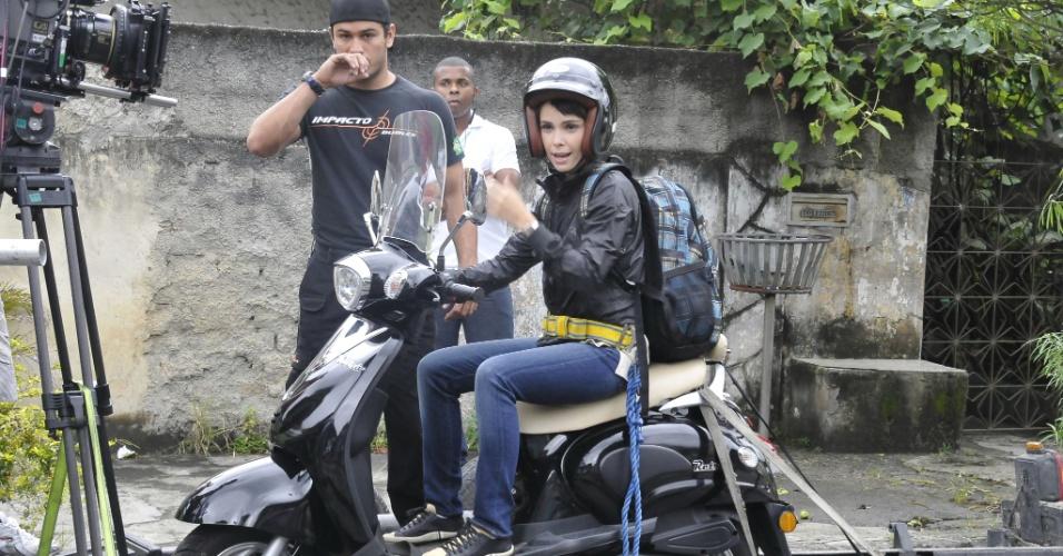 """Débora Falabella grava cenas como Nina, sua personagem em """"Avenida Brasil"""", novela das nove que estreia dia 26 de março, em Guadalupe, no Rio de Janeiro. A atriz teve que tirar a habilitação de moto para trama (18/3/12)"""