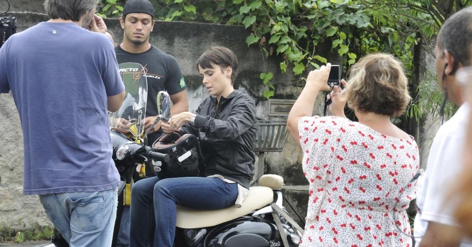 """Débora Falabella grava cenas como Nina, sua personagem em """"Avenida Brasil"""", nova novela das nove, em Guadalupe, no Rio de Janeiro. A trama estreia segunda-feira (26/3) (18/3/12)"""