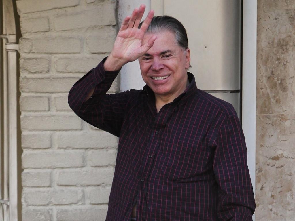 Após críticas sobre seus fios brancos, Silvio Santos resolveu escurecer os cabelos e as sobrancelhas nesta quarta-feira. O dono do SBT chegou ao salão do cabeleireiro Jassa para iniciar os procedimentos, em São Paulo. Simpático, o apresentador acenou para fotógrafa (21/3/12)