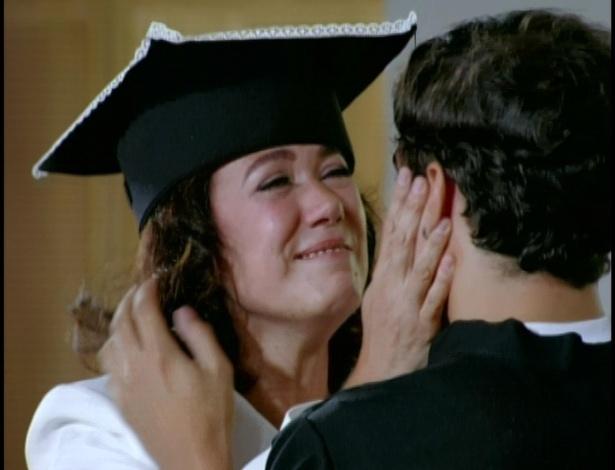Antenor abraça a mãe e coloca a beca na cabeça de Griselda
