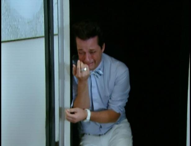 Crô chora desesperadamente e entra no armário.