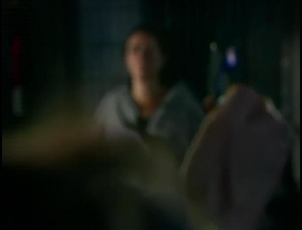 Tereza Cristina se irrita e coloca fogo no cativeiro de Griselda.