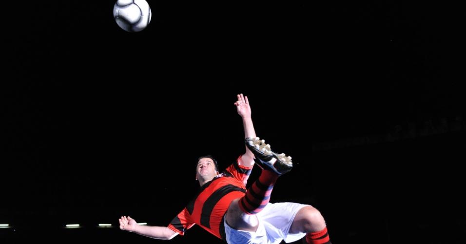 Tufão (Murilo Benício) protagoniza cenas de uma partida de futebol. Ele é um grande jogador do Flamengo