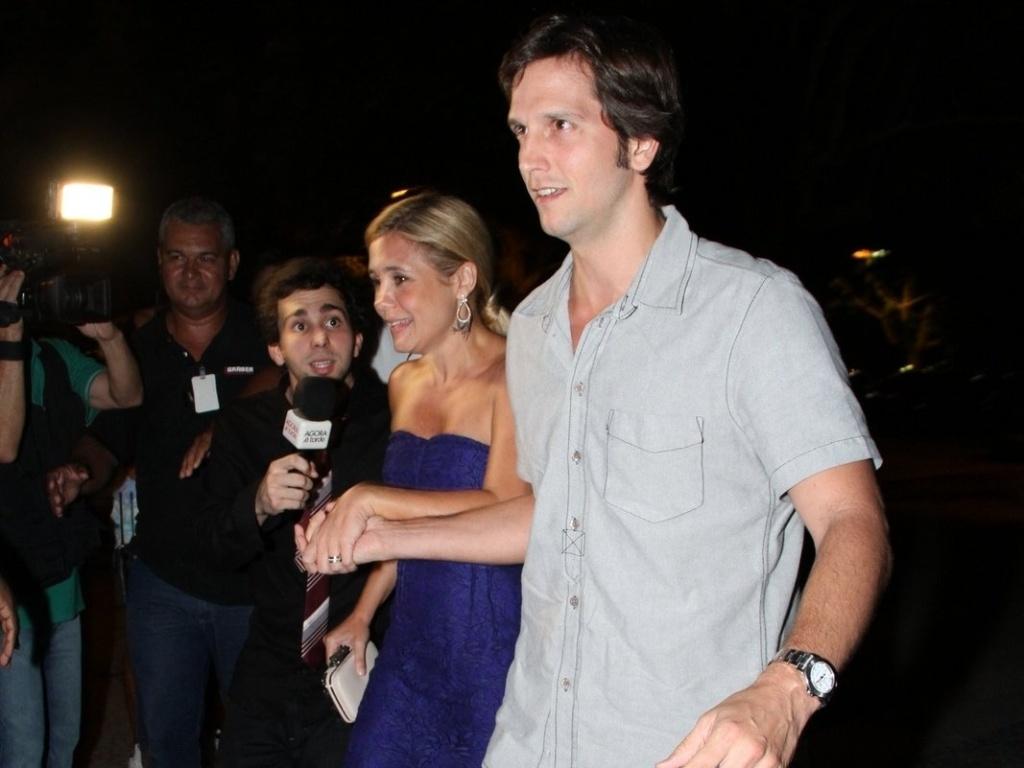 Adriana Esteves e Vladimir Britchta chegam na churrascaria, localizada na zona oeste do Rio (26/3/2012)