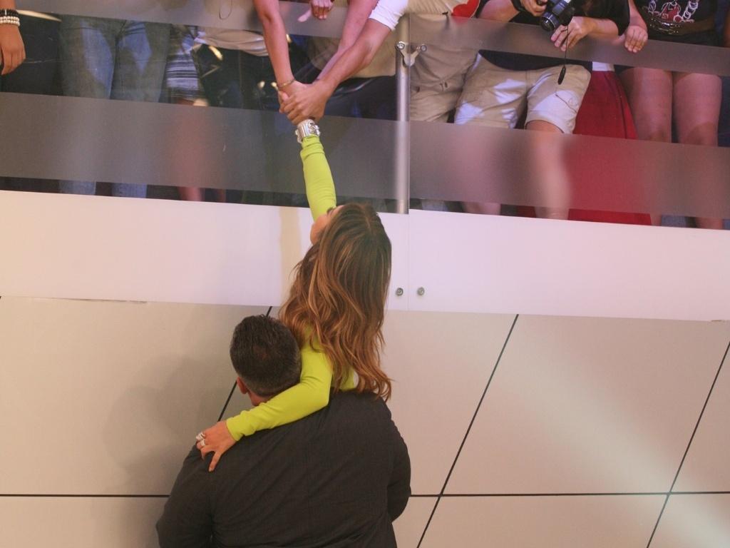 Jennifer Lopez é levantada pelo segurança para chegar aos fãs durante gravação do programa