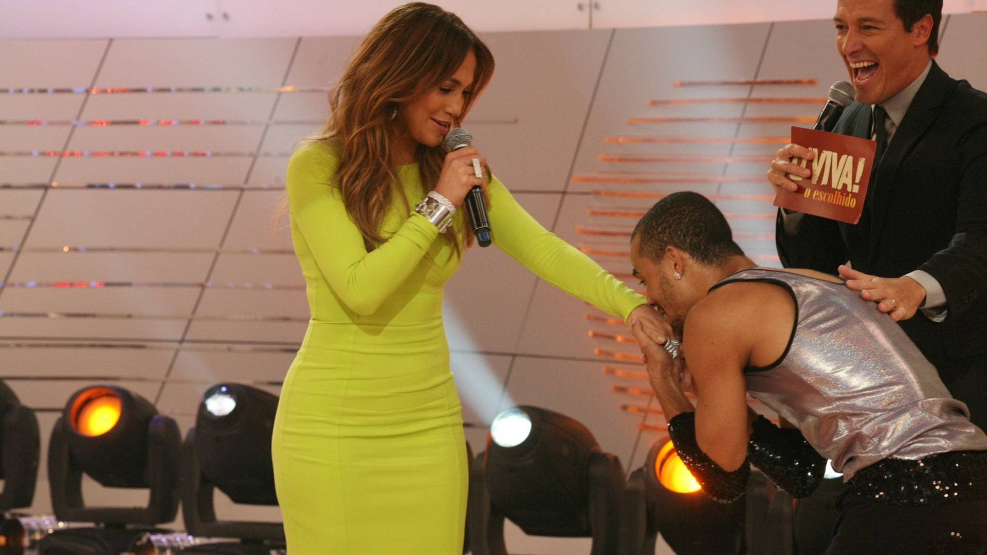 Um f beija a mo de Jennifer Lopez durante a gravao do programa 