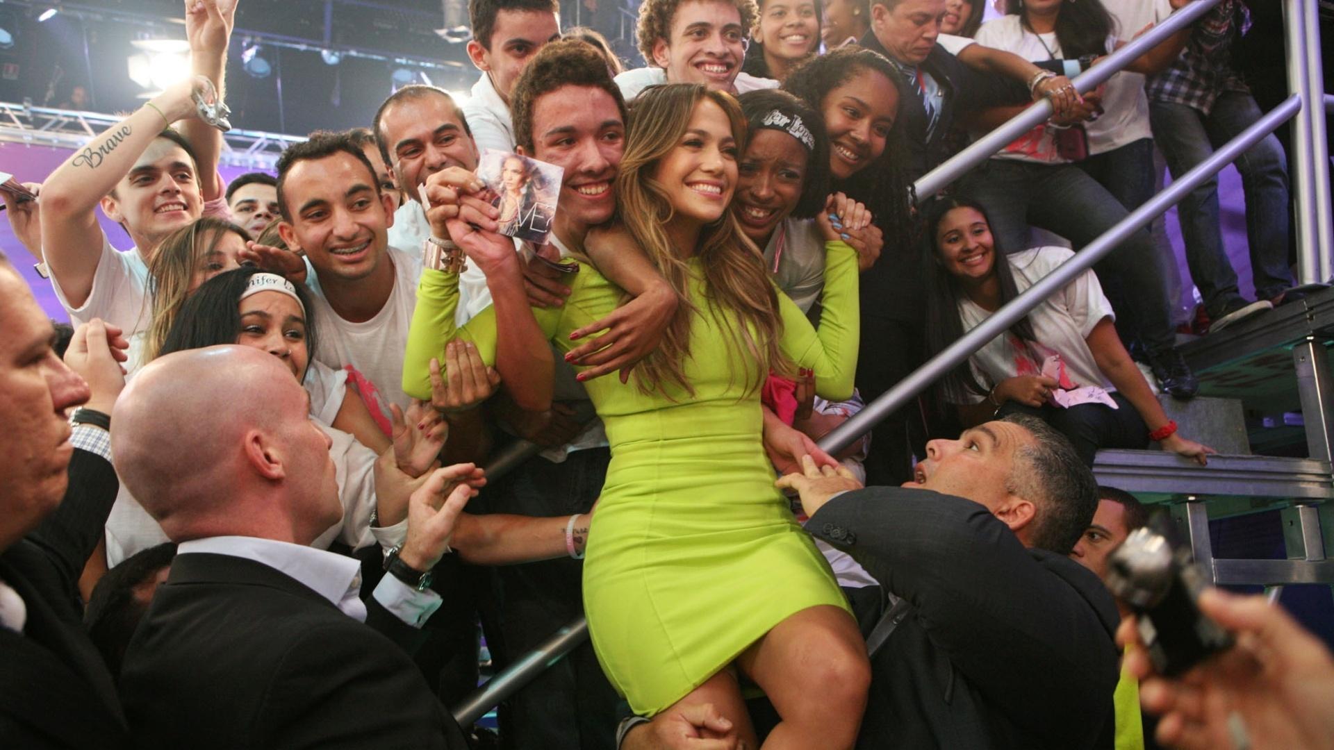 Jennifer Lopez tira foto com a plateia durante a gravação do programa