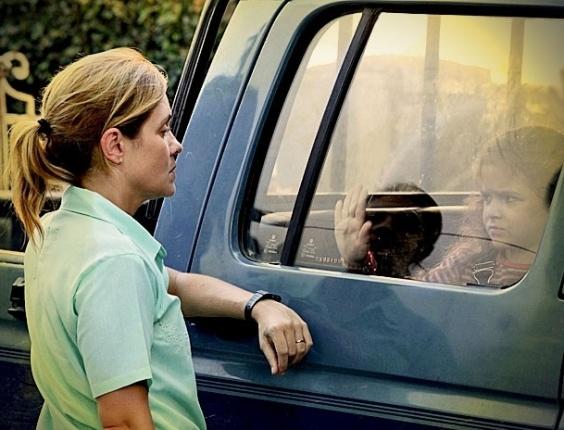 Arrasada com a morte do pai, Rita (Mel Maia) tenta salvar o dinheiro deixado por ele. Quando ela chega no esconderijo, Carminha (Adriana Esteves) a encontra e pega o dinheiro. Revoltada, Rita cospe na cara da megera. Com raiva, Carminha leva a menina para o lixão e Rita promete se vingar. No ar na terça-feira (27/3/12)