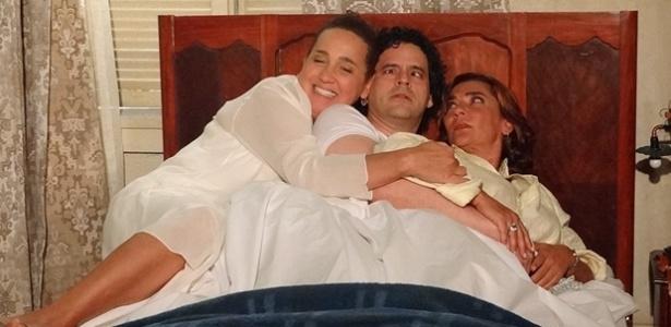 Da esquerda para a direita, Claudia Jimenez, Bruno Garcia e Marina Mota em cena de