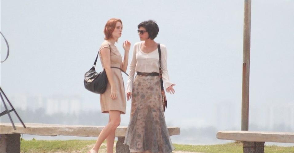 """Laila Zaid (Priscila) e Letícia Persiles (Miriam) gravam cenas da novela """"Amor Eterno Amor"""" na praia do Recreio, no Rio de Janeiro (27/3/12)"""