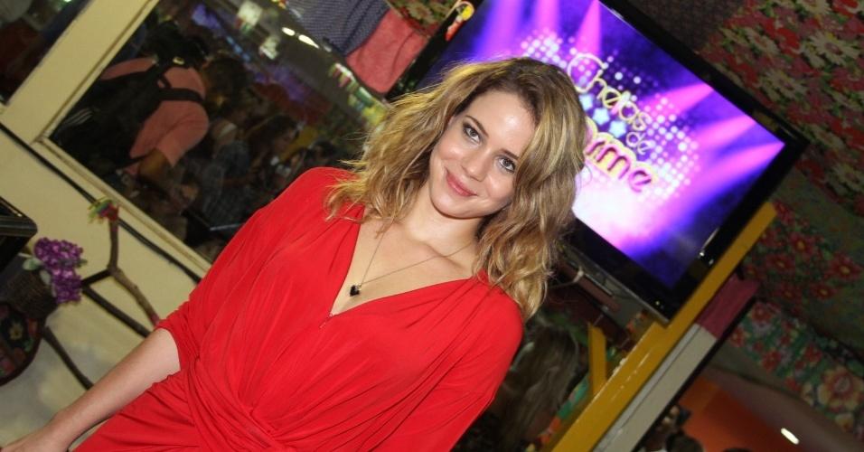 """De vestido vermelho, Leandra Leal posa para fotos em evento para a imprensa da novela """"Cheias de Charme"""", na feira de São Cristóvão, no Rio (30/3/12)"""