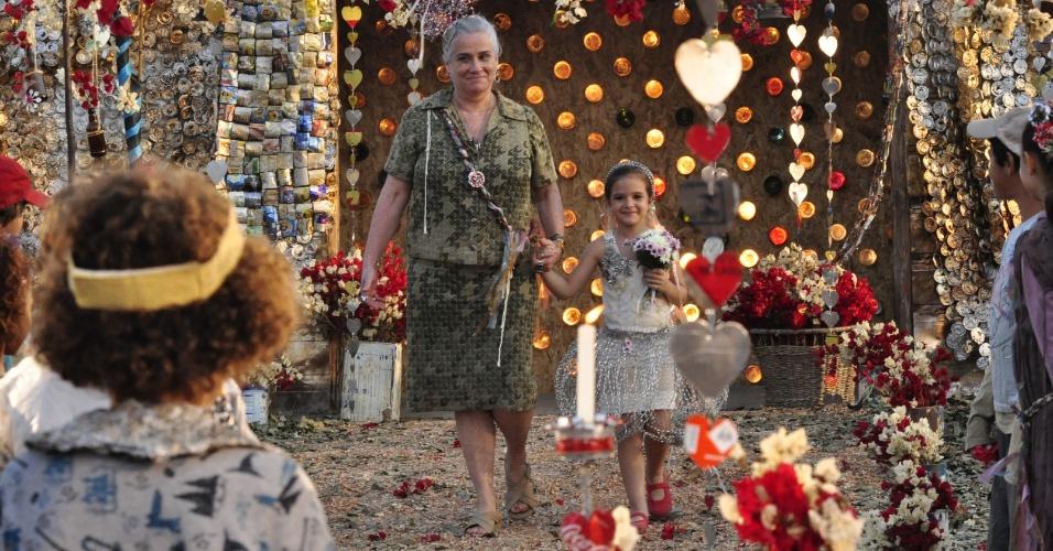 """Lucinda (Vera Holtz) e Rita (Mel Maia) em cena de """"Avenida Brasil"""" (30/3/12)"""
