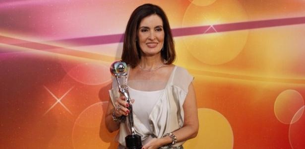 A jornalista Fátima Bernardes posa com o prêmio do Melhores do Faustão que levou na categoria jornalismo (31/3/2012)