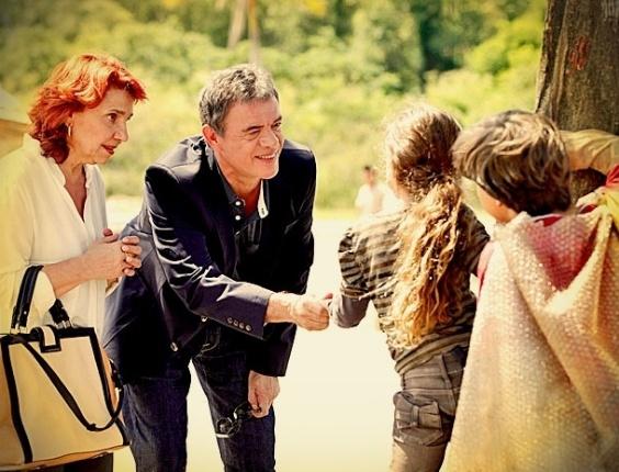 """Martín (Jean Pierre Noher) e Denise (Celia Grezpan) em cena de """"Avenida Brasil"""" (2/4/12)"""