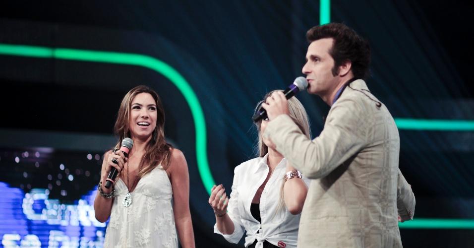 Patrícia e Márcio Ballas conversam com a ex-panicat Tânia, uma das convidadas do programa (30/3/12)