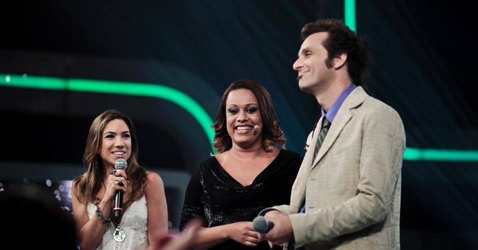 Patrícia e Márcio Ballas conversam com uma das convidadas do programa (30/3/12)