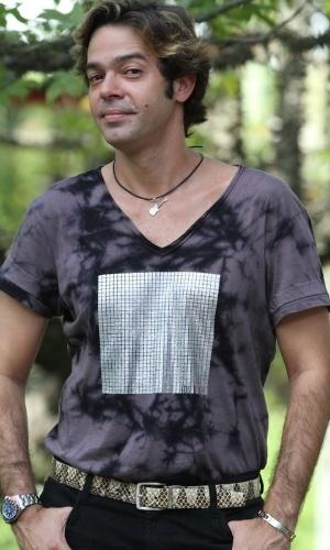 Bruno Mazzeo grava cena como Tom Bastos. Ele é o empresário de Chayene (Cláudia Abreu) e Fabian (Ricardo Tozzi)