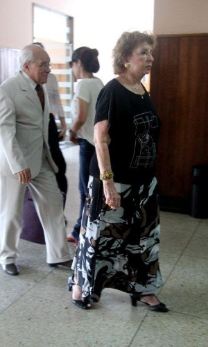 Deise Lucide dá adeus para à atriz Marly Bueno no Cemitério São João Batista, em Botafogo, no Rio de Janeiro (14/4/12)