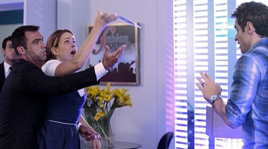 Rosário (Leandra Leal) invade o camarim de Fabian (Ricardo Tozzi). Por causa disso ela acaba sendo presa. A cena vai ao ar na segunda-feira (16/4/12)