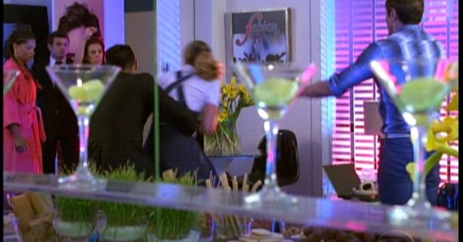 A empregada do buffet chega ao camarim de Fabian e acusa Rosário de impostora. Isso acontece bem no momento em que Maria ia entregar o seu CD ao cantor