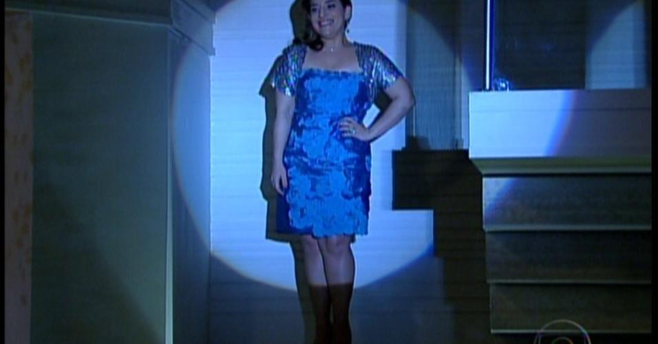 Ariela desce as escadas da mansão par o noivado