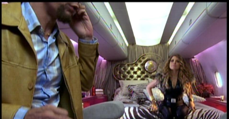 Enquanto isso, a cantora de forró Chayene chega ao Rio de Janeiro em seu jatinho rosa