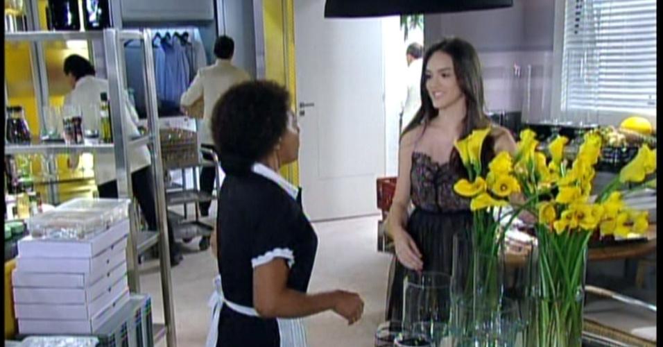 Maria Aparecida está pronta para o noivado e sua madrinha a elogia