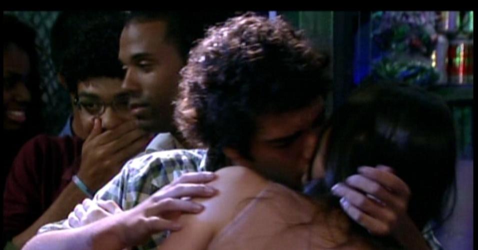 Maria Aparecida fica revoltada e beija quem aparece