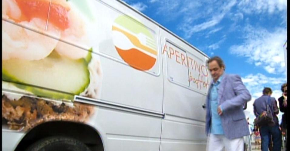 """O carro da """"Aperitivo Buffet"""" chega ao local de show de Fabian e Rosário está dentro do automóvel"""