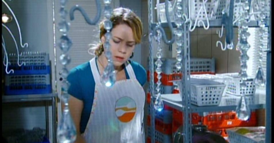 Rosário está chateada e com medo do patrão brigar com ela. Mas alguém bate na porta da cozinha...