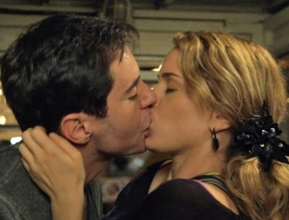 """Em """"Cheias de Charme"""", Fuga em parque de diversões termina com beijaço de Rosário em Inácio"""