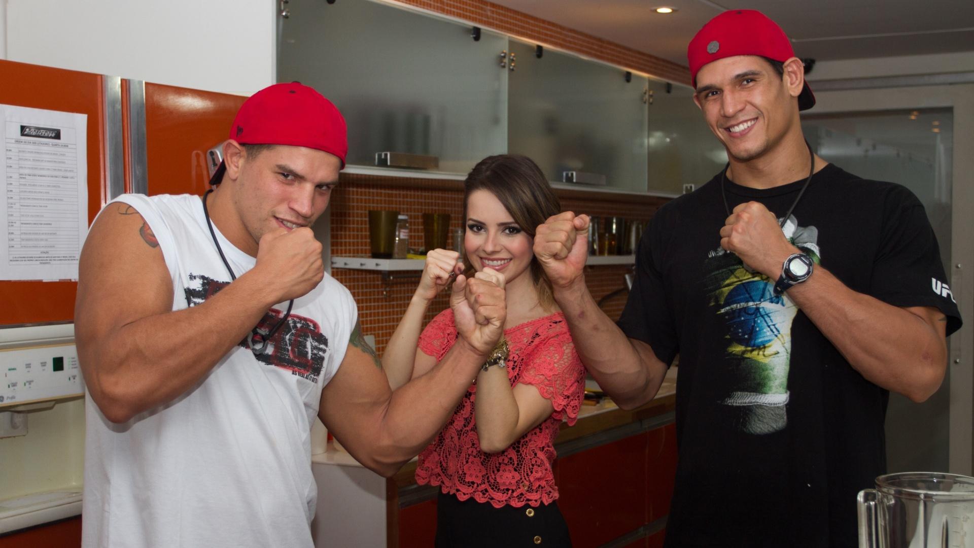 Sandy e os lutadores Macarrão e Mutante na casa do reality
