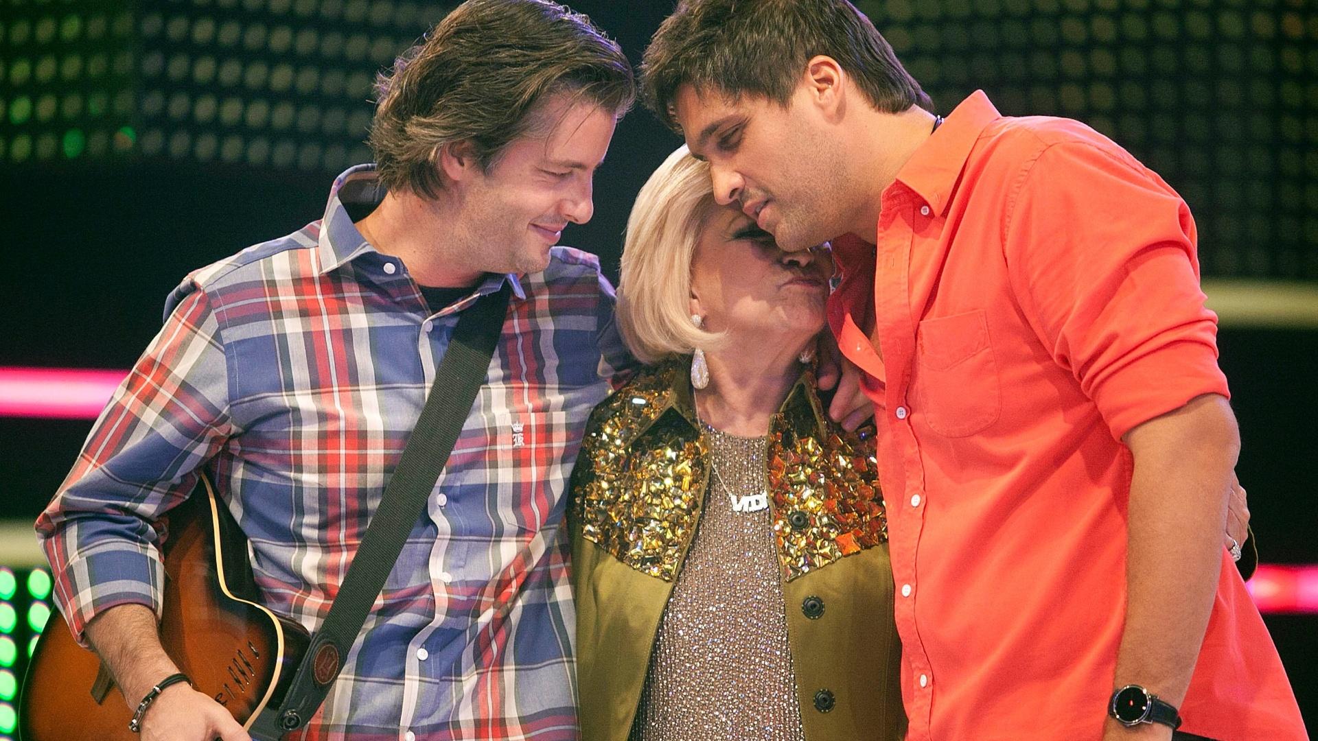 Dupla Victor e Léo abraçam Hebe Camargo no palco do programa Hebe Camargo na gravação desta segunda (23/4/12)