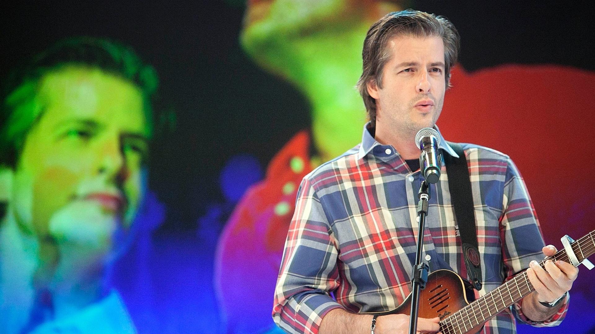 Victor, da dupla Victor e Léo, cantou no palco do programa Hebe Camargo na gravação desta segunda (23/4/12)