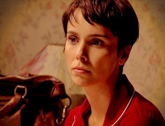 """Em """"Avenida Brasil', Nina é interrogada por policial e inventa um falso namoro"""