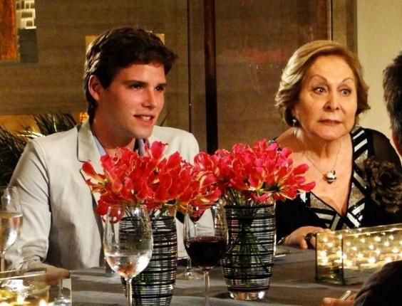 """Jonatas Faro e Aracy Balabanian em cena de """"Cheias de Charme"""" (1/5/2012)"""
