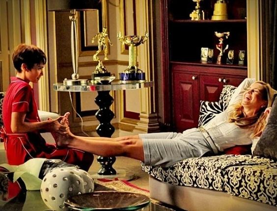 """Em """"Avenida Brasil"""", Carminha diz que sentiu saudade de Nina e ganha massagem nos pés (2/5/12)"""