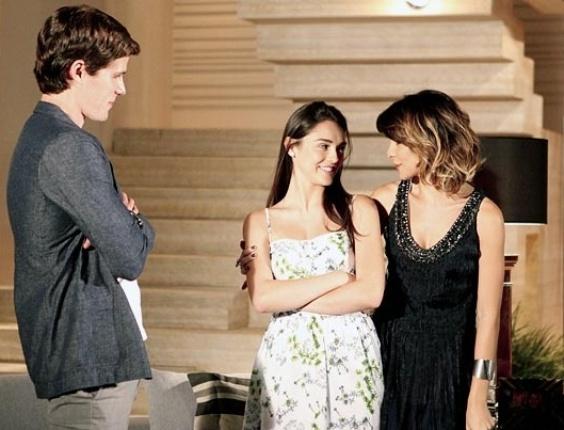 """Em """"Cheias de Charme"""", Isadora promete a Cida que ficará de olho em Conrado na festa"""