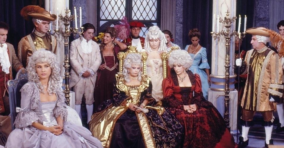 """À frente, Suzanne Webert (Natália do Vale) , Baronesa Lenilda Eknésia (Dercy Gonçalves), Princesa Juliette (Cláudia Abreu) e Rainha Valentine (Tereza Rachel) em cena de """"Que Rei Sou Eu?!"""""""