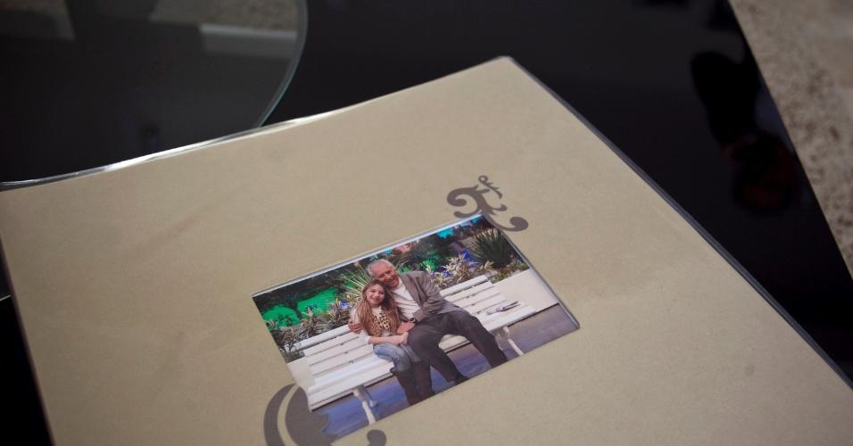"""Ao lado da neta, um livro de fotos no banco da """"Praça"""", ilustra a mesa de centro (4/5/12)"""