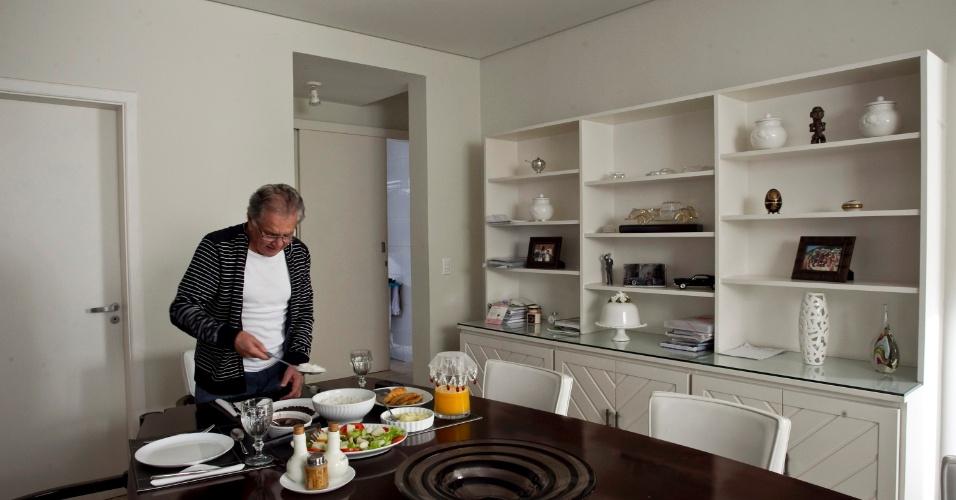 Carioca, Carlos Alberto não deixa de lado o feijão preto na hora do almoço, em sua casa em Alphaville, onde mora sozinho, após a separação de Andréa (4/5/12)