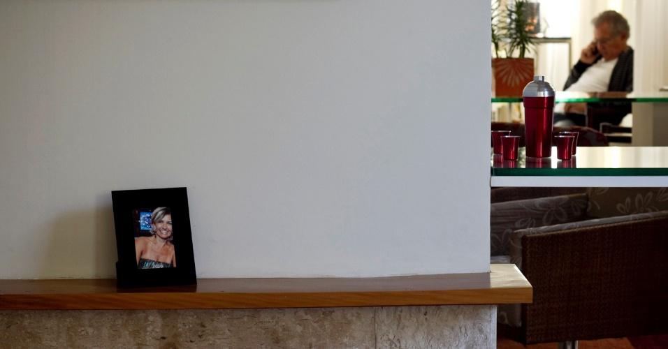 Carlos Alberto de Nóbrega fala com a namorada Jacqueline Meirelles, ao telefone, e o retrato dela ilustra uma das estantes da casa (4/5/12)