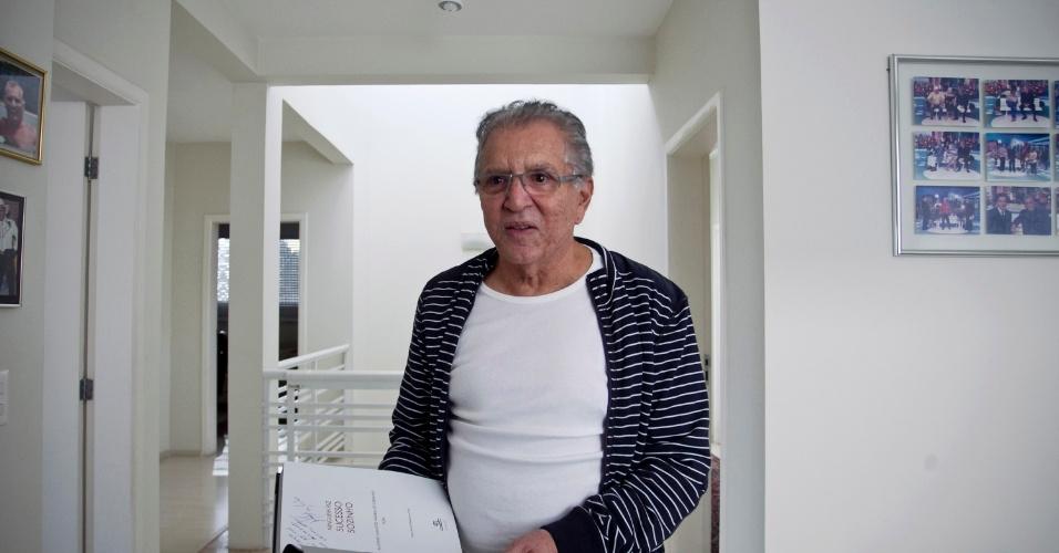 """Carlos Alberto lembra dos seus 54 de """"Praça"""" e dos amigos durante entrevista em sua casa em Alphaville, São Paulo (4/5/12)"""
