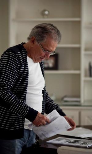Carlos Alberto mostra o roteiro do programa 1.218 que será exibido na quinta-feira (10), com a participação de Val Marchiori (4/5/12)